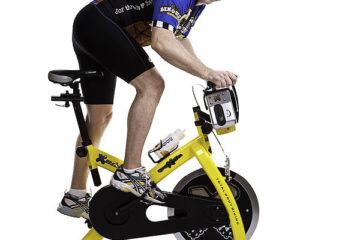 Le vélo d'intérieur pour maintenir la forme